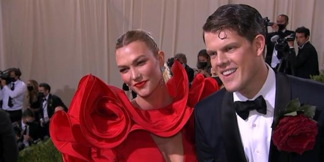 "Karlie Kloss Is the ""Quintessential American Rose"" at 2021 Met Gala - E! Online.jpg"