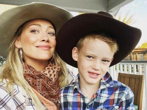 Hilary Duff permite que su hijo la maquille