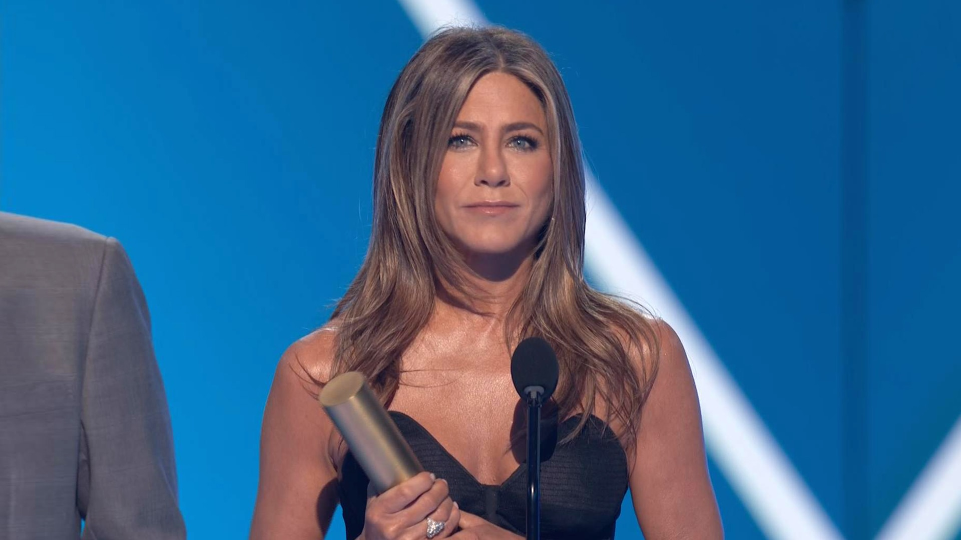 Jennifer Aniston Pays Tribute to Friends in Iconic PCAs Speech