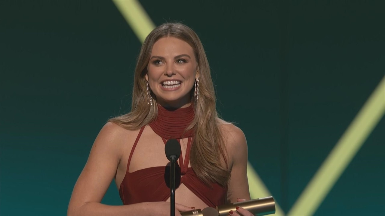 Hannah Brown Presents Herself With ''Most Awkward Person Award'' After the 2019 People's Choice Awards